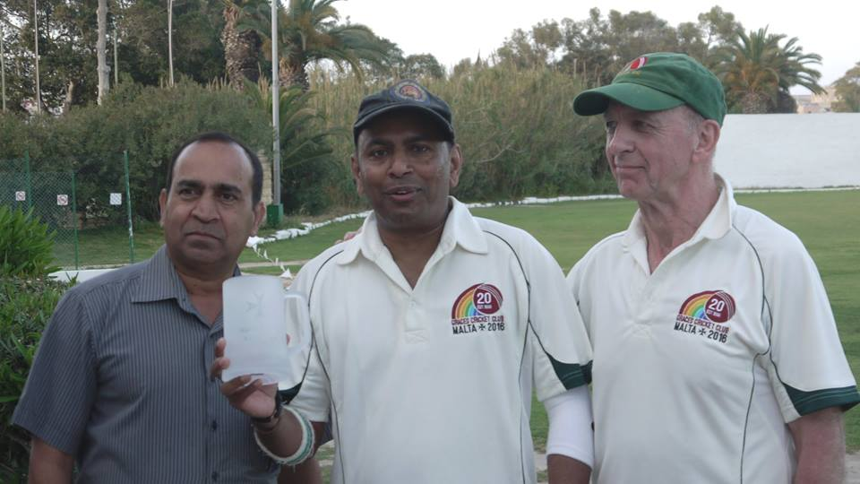 Marsa chairman Kevin Krishna presents Mendis the Award